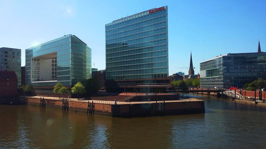 Das 'Der Spiegel' Headquarter in Hamburg von der Bahn aus fotographiert.